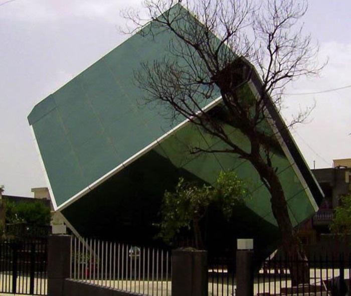bata-fallen-glass-cube