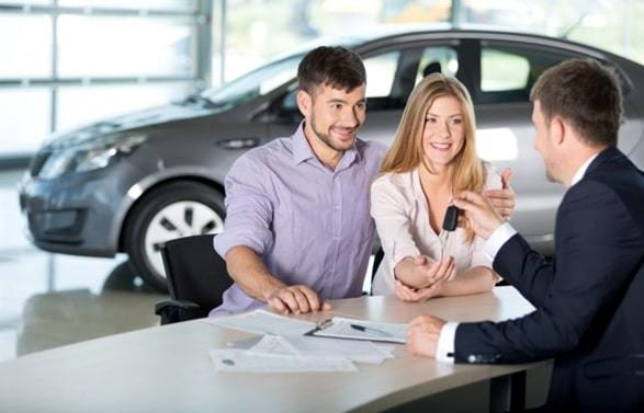 couple renting a car