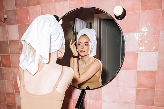 woman doing her skincare
